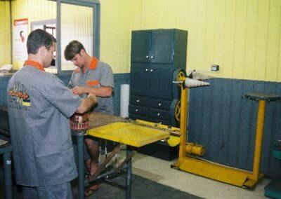 Dois homens trabalhando na oficina Eletro Coelho